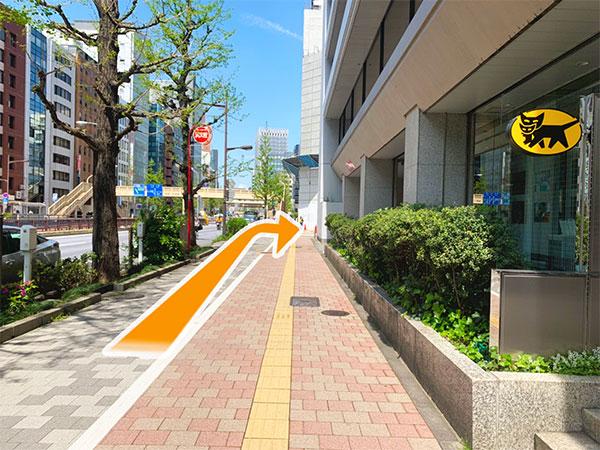 3.クロネコヤマトビルを右に曲がります。