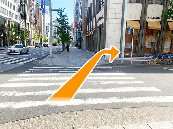 3.横断歩道を渡りBVLGARIの手前を右に曲がります。