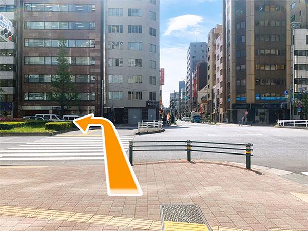 5.横断歩道を渡って左に進みます。